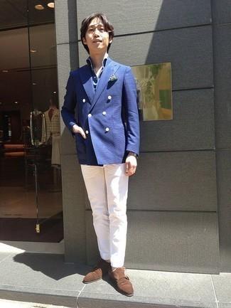 Cómo combinar un blazer cruzado azul: Empareja un blazer cruzado azul junto a un pantalón chino blanco para un lindo look para el trabajo. Zapatos con doble hebilla de ante marrónes añaden la elegancia necesaria ya que, de otra forma, es un look simple.