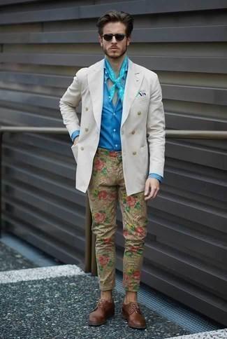 Cómo combinar un blazer cruzado blanco: Intenta combinar un blazer cruzado blanco con un pantalón chino estampado marrón claro para el after office. Zapatos derby de cuero marrónes proporcionarán una estética clásica al conjunto.