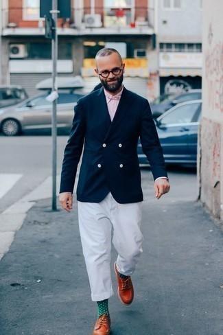Cómo combinar una camisa de vestir de rayas verticales rosada: Ponte una camisa de vestir de rayas verticales rosada y un pantalón chino blanco para lograr un estilo informal elegante. Complementa tu atuendo con zapatos derby de cuero en tabaco para mostrar tu inteligencia sartorial.
