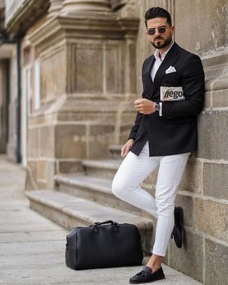 Cómo combinar una chaqueta en clima cálido: Usa una chaqueta y un pantalón chino blanco para las 8 horas. Con el calzado, sé más clásico y opta por un par de mocasín con borlas de cuero negro.