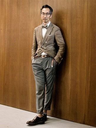 Cómo combinar un pañuelo de bolsillo blanco: Para crear una apariencia para un almuerzo con amigos en el fin de semana elige un blazer cruzado marrón claro y un pañuelo de bolsillo blanco. Dale onda a tu ropa con zapatos derby de cuero en marrón oscuro.