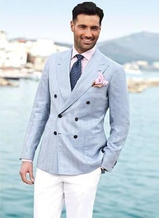 Look de moda: Blazer cruzado celeste, Camisa de vestir rosada, Pantalón de vestir blanco, Corbata con estampado geométrico azul marino