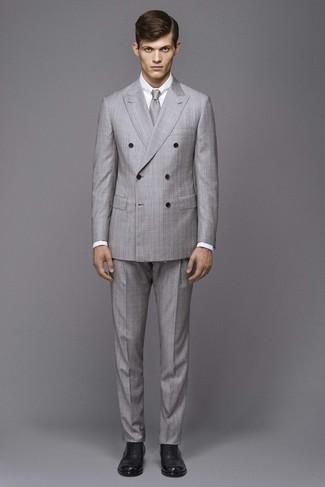 Cómo combinar: blazer cruzado a cuadros gris, camisa de vestir blanca, pantalón de vestir a cuadros gris, zapatos brogue de cuero negros