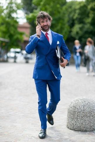 Cómo combinar: blazer cruzado azul, camisa de vestir blanca, pantalón de vestir azul, zapatos con doble hebilla de cuero negros