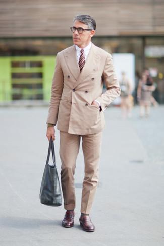 Cómo combinar: blazer cruzado en beige, camisa de vestir blanca, pantalón de vestir en beige, mocasín de cuero burdeos