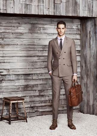 Cómo combinar: blazer cruzado marrón, camisa de vestir violeta claro, pantalón de vestir marrón, botas formales de ante en marrón oscuro