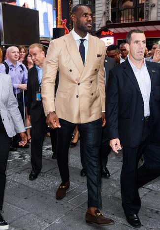 Cómo combinar un pantalón de vestir negro: Accede a un refinado y elegante estilo con un blazer cruzado marrón claro y un pantalón de vestir negro. ¿Quieres elegir un zapato informal? Elige un par de mocasín de ante en marrón oscuro para el día.