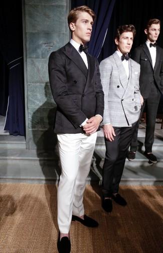 Cómo combinar: blazer cruzado negro, camisa de vestir blanca, pantalón de vestir blanco, mocasín de ante negro