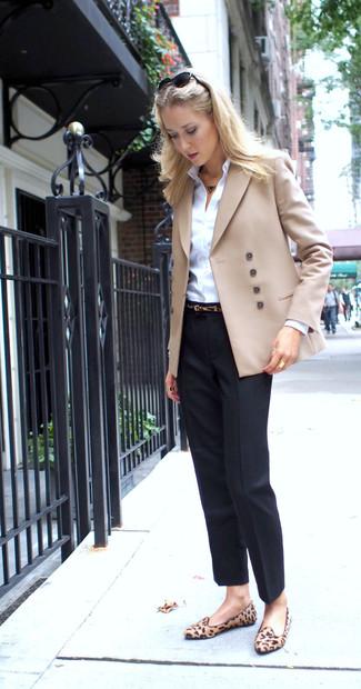 Cómo combinar: blazer cruzado en beige, camisa de vestir blanca, pantalón de vestir negro, mocasín de ante de leopardo marrón claro