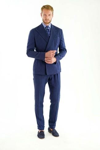 Cómo combinar: blazer cruzado de lana azul marino, camisa de vestir azul, pantalón de vestir de lana azul marino, mocasín de ante negro