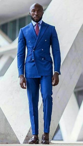Cómo combinar: blazer cruzado azul, camisa de vestir celeste, pantalón de vestir azul, mocasín de cuero en marrón oscuro