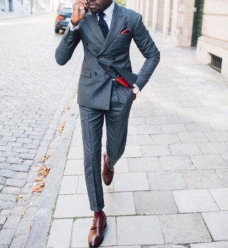 Cómo combinar: blazer cruzado gris, camisa de vestir blanca, pantalón de vestir gris, zapatos con doble hebilla de cuero marrónes