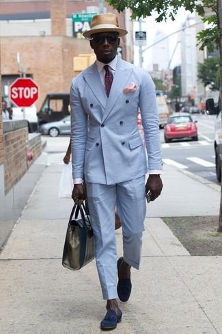 Accede a un refinado y elegante estilo con un blazer cruzado celeste y un sombrero de paja marrón claro de Esprit. Mocasín con borlas de ante azul marino contrastarán muy bien con el resto del conjunto.