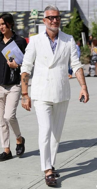 Cómo combinar: blazer cruzado de rayas verticales blanco, camisa de vestir con print de flores violeta claro, pantalón de vestir de rayas verticales blanco, mocasín con borlas de cuero en marrón oscuro