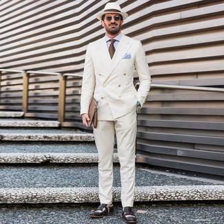 Cómo combinar: blazer cruzado blanco, camisa de vestir celeste, pantalón de vestir blanco, mocasín de cuero en negro y blanco