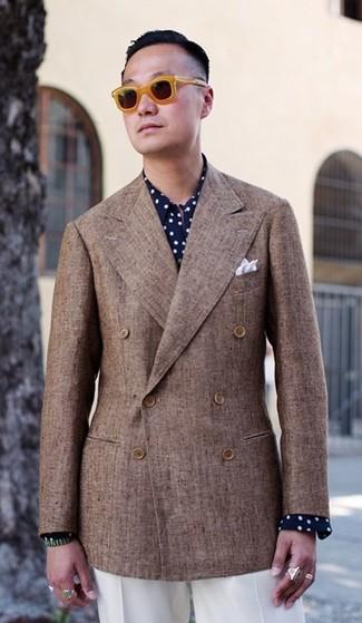 Cómo combinar: blazer cruzado marrón, camisa de vestir a lunares en azul marino y blanco, pantalón de vestir blanco, pañuelo de bolsillo blanco
