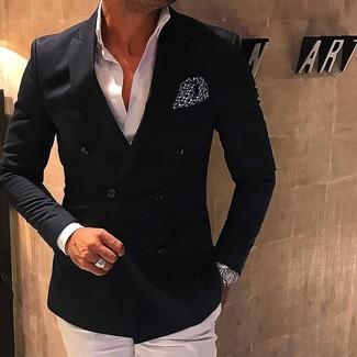Cómo combinar: blazer cruzado negro, camisa de vestir blanca, pantalón de vestir blanco, pañuelo de bolsillo a lunares en negro y blanco
