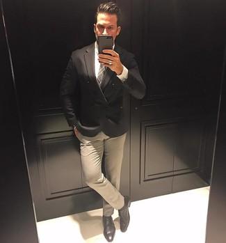 Cómo combinar: blazer cruzado negro, camisa de vestir blanca, pantalón de vestir en beige, zapatos con doble hebilla de cuero negros