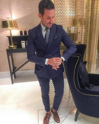 Cómo combinar: blazer cruzado azul marino, camisa de vestir gris, pantalón de vestir azul marino, zapatos oxford de cuero marrónes