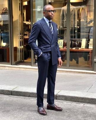 Cómo combinar una corbata de rayas verticales en azul marino y blanco: Considera ponerse un blazer cruzado azul marino y una corbata de rayas verticales en azul marino y blanco para un perfil clásico y refinado. Mocasín de cuero en marrón oscuro añadirán un nuevo toque a un estilo que de lo contrario es clásico.