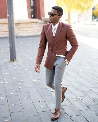 Cómo combinar: blazer cruzado en tabaco, camisa de vestir blanca, pantalón de vestir gris, zapatos derby de cuero marrónes