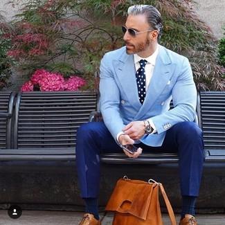 Cómo combinar: blazer cruzado celeste, camisa de vestir blanca, pantalón de vestir azul, zapatos oxford de cuero en tabaco
