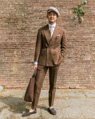 Cómo combinar: blazer cruzado marrón, camisa de vestir blanca, pantalón de vestir marrón, mocasín de ante en marrón oscuro