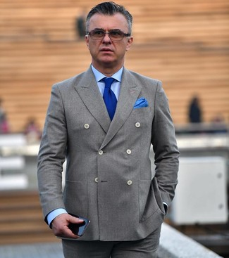 Cómo combinar: blazer cruzado gris, camisa de vestir celeste, pantalón de vestir gris, corbata de punto azul