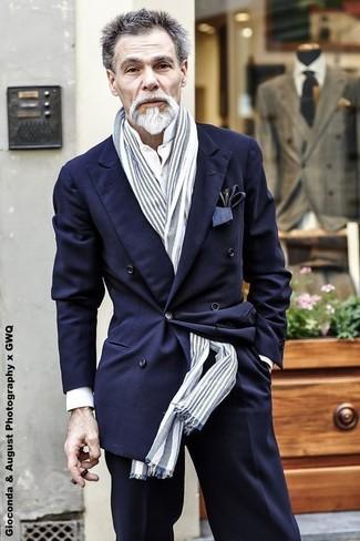 Cómo combinar: blazer cruzado azul marino, camisa de vestir blanca, pantalón de vestir negro, bufanda de rayas verticales gris