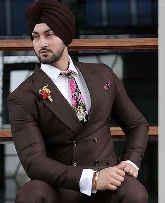 Cómo combinar: blazer cruzado en marrón oscuro, camisa de vestir blanca, pantalón de vestir en marrón oscuro, corbata con print de flores rosa