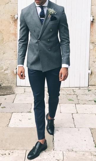 Cómo combinar: blazer cruzado de lana gris, camisa de vestir blanca, pantalón de vestir negro, zapatos con doble hebilla de cuero negros