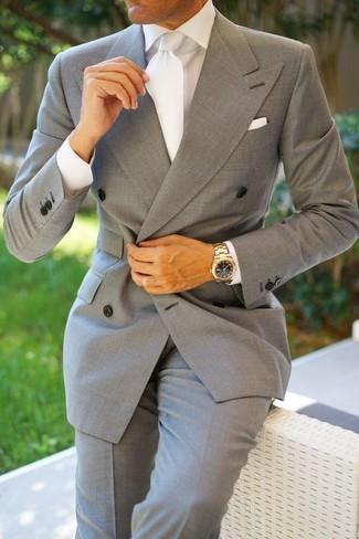 Cómo combinar: blazer cruzado gris, camisa de vestir blanca, pantalón de vestir gris, corbata de seda blanca