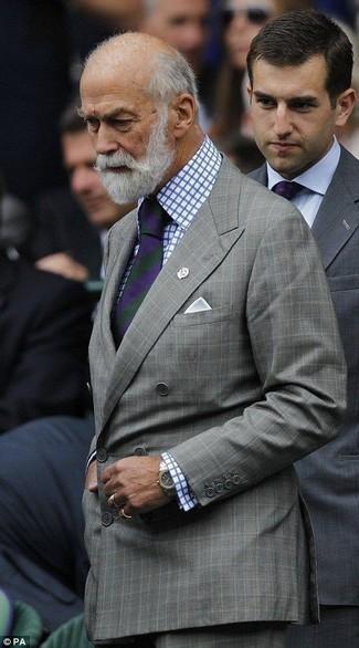 Cómo combinar: blazer cruzado a cuadros gris, camisa de vestir a cuadros en blanco y azul, pantalón de vestir a cuadros gris, corbata de rayas verticales en violeta