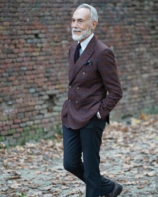 Cómo combinar: blazer cruzado de lana a cuadros en marrón oscuro, camisa de vestir blanca, pantalón de vestir negro, zapatos derby de cuero negros