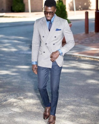 Cómo combinar una corbata de seda azul marino: Emparejar un blazer cruzado gris con una corbata de seda azul marino es una opción excelente para una apariencia clásica y refinada. ¿Quieres elegir un zapato informal? Usa un par de zapatos oxford de cuero marrónes para el día.