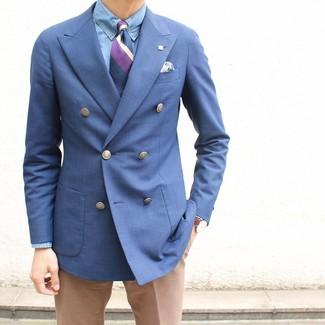Cómo combinar: blazer cruzado azul, camisa de vestir de cambray celeste, pantalón de vestir marrón claro, corbata de rayas verticales morado