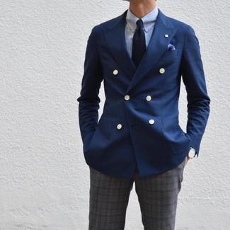 Cómo combinar: blazer cruzado azul marino, camisa de vestir celeste, pantalón de vestir de tartán en gris oscuro, corbata azul marino