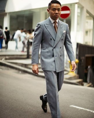 Cómo combinar: blazer cruzado gris, camisa de vestir blanca, pantalón de vestir gris, zapatos oxford de cuero en marrón oscuro
