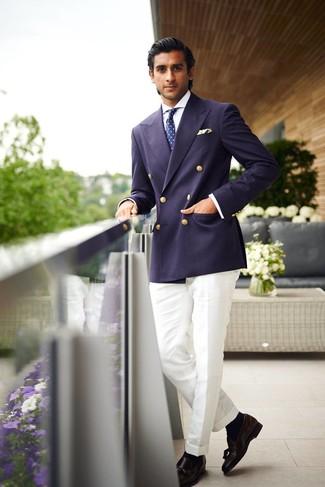 Cómo combinar una corbata estampada en azul marino y blanco: Empareja un blazer cruzado azul marino con una corbata estampada en azul marino y blanco para una apariencia clásica y elegante. Mocasín con borlas de cuero negro darán un toque desenfadado al conjunto.