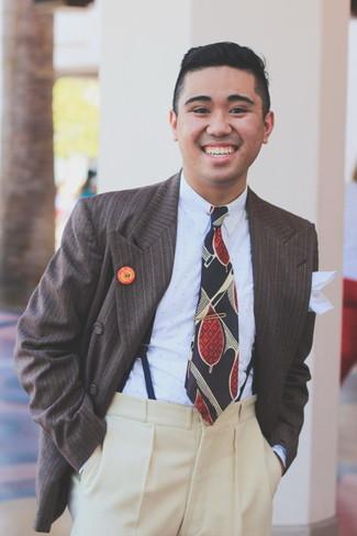 Cómo combinar: blazer cruzado de rayas verticales en marrón oscuro, camisa de vestir a lunares celeste, pantalón de vestir de lana en beige, corbata estampada azul marino