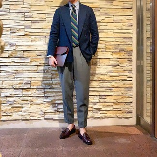Cómo combinar: blazer cruzado azul marino, camisa de vestir de rayas verticales en blanco y azul, pantalón de vestir gris, mocasín con borlas de cuero burdeos
