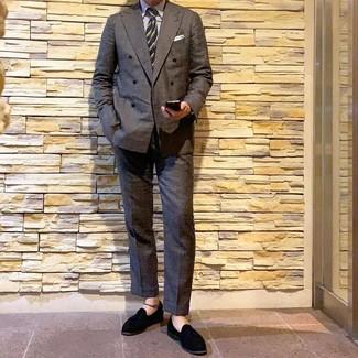 Cómo combinar: blazer cruzado en gris oscuro, camisa de vestir de rayas verticales blanca, pantalón de vestir en gris oscuro, mocasín con borlas de ante negro