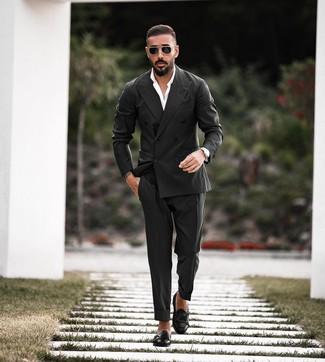 Cómo combinar: blazer cruzado negro, camisa de vestir blanca, pantalón de vestir negro, zapatos con doble hebilla de cuero negros