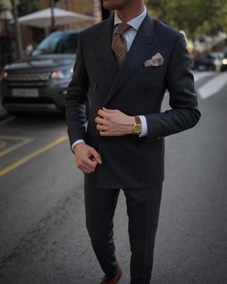 Outfits hombres: Haz de un blazer cruzado en gris oscuro y un pantalón de vestir en gris oscuro tu atuendo para una apariencia clásica y elegante. Para darle un toque relax a tu outfit utiliza zapatos oxford de cuero marrónes.