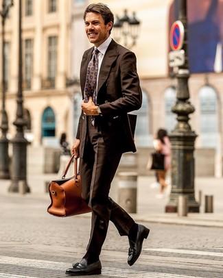 Cómo combinar: blazer cruzado en marrón oscuro, camisa de vestir blanca, pantalón de vestir en marrón oscuro, mocasín con borlas de cuero negro