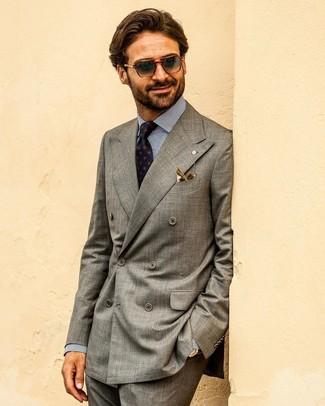 Cómo combinar: blazer cruzado gris, camisa de vestir de rayas verticales en blanco y azul marino, pantalón de vestir en gris oscuro, corbata estampada azul marino