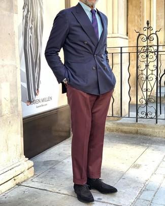 Cómo combinar unos zapatos derby de ante negros: Considera ponerse un blazer cruzado azul marino y un pantalón de vestir burdeos para un perfil clásico y refinado. ¿Quieres elegir un zapato informal? Elige un par de zapatos derby de ante negros para el día.