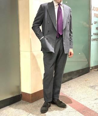 Cómo combinar: blazer cruzado en gris oscuro, camisa de vestir blanca, pantalón de vestir en gris oscuro, mocasín con borlas de ante negro