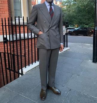 Cómo combinar: blazer cruzado gris, camisa de vestir celeste, pantalón de vestir gris, zapatos derby de cuero verde oliva
