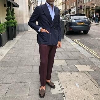 Cómo combinar: blazer cruzado azul marino, camisa de vestir celeste, pantalón de vestir burdeos, mocasín de ante en marrón oscuro
